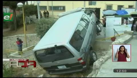 Deslizamiento de mini bus deja dos personas heridas