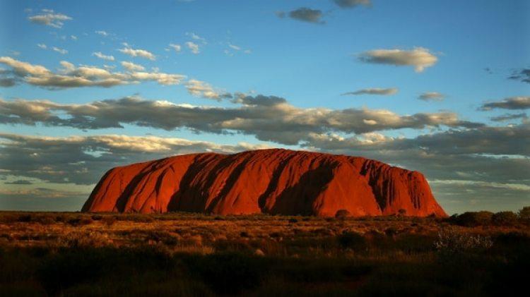 El Uluro, también conocido como Ayers Rock, está ubicado en el Parque Nacional Uluru-Kata Tjuta, en el centro de Australia (Getty Images)