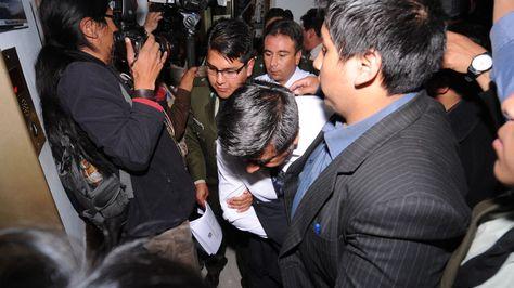 Uno de los aprehendidos en el caso del Banco Unión es trasladado para prestar declaraciones. Foto: APG