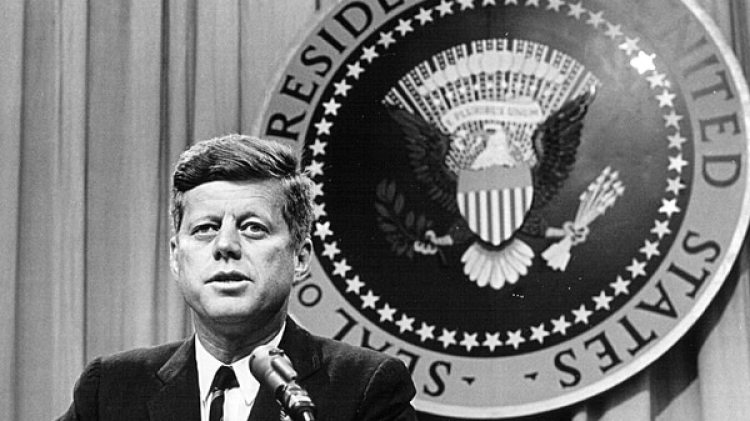 John F. Kennedyhabla a laprensa meses antes de su muerte. (National Archive/Newsmakers)