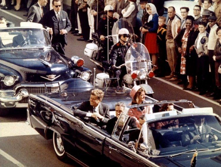JFK y su esposa, Jacqueline Kennedy, en Dallas, el 22 de noviembre de 1963. (Reuters)