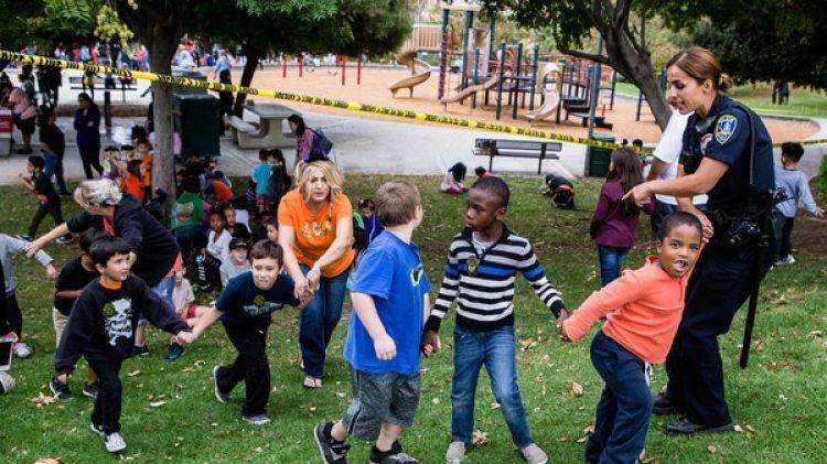 Así evacuaban a los niños de la escuela primaria de Riverside durante el incidente