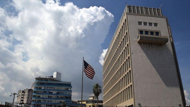 Hace un mes, el Departamento de Estado recomendó a los estadounidenses que no viajaran a Cuba, suspendió los trámites consulares en su embajada en La Habana y expulsó a 15 funcionarios de la oficinacubana en Washington