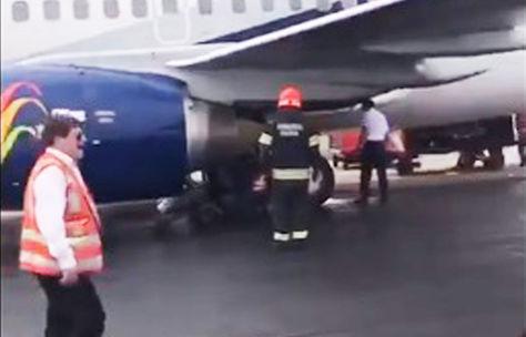 Personal del aeropuerto revisa el tren de aterrizaje de la aeronave