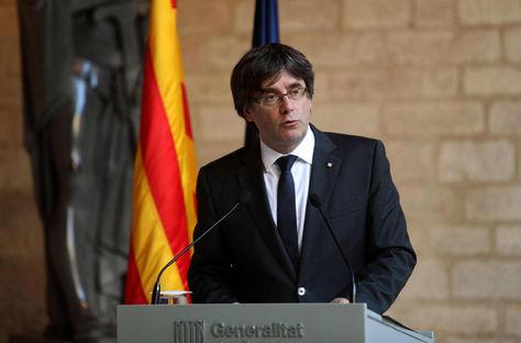 El presidente de la Generalitat, Carles Puigdemont, durante la comparecencia que ha realizado en el Palau de la Generalitat, en Barcelona. Foto: EFE