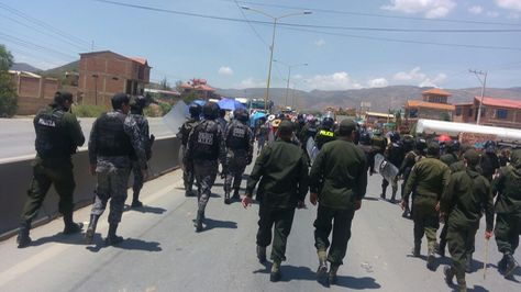 Policía interviene bloqueo de comunario en la vía Cochabamba-Oruro. Foto:Fernando Cartagena
