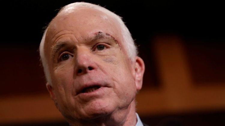 """El senador John McCain le pidió a Moore que dé un paso al costado para que los votantes de Alabama """"elijan a un senador del que puedan sentirse orgullosos""""."""