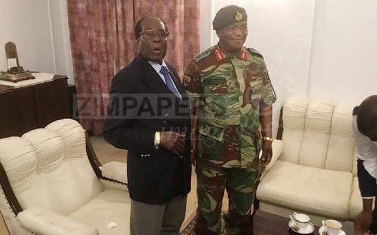 Robert Mugabe junto al generalgeneral Constantino Chiwenga.