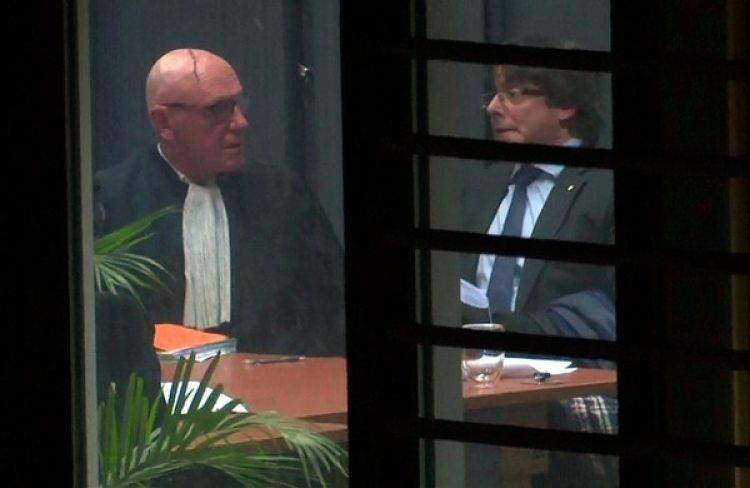 Carles Puigdemont y su abogado, el belga Paul Bekaert, durante una audiencia con el juez en Bruselas (Reuters)