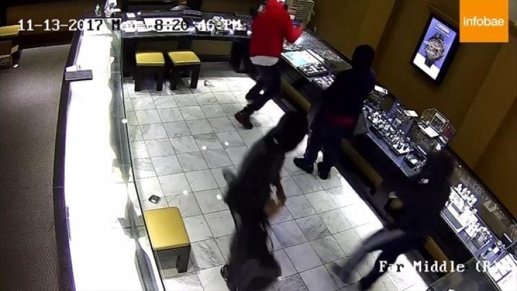 Los delincuentes trataron de romper las vitrinas donde estaban exhibidas las joyas