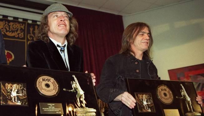 Fotografía de archivo (21-03-2000) de Angus Young (i) y su hermano Malcom. (EFE)