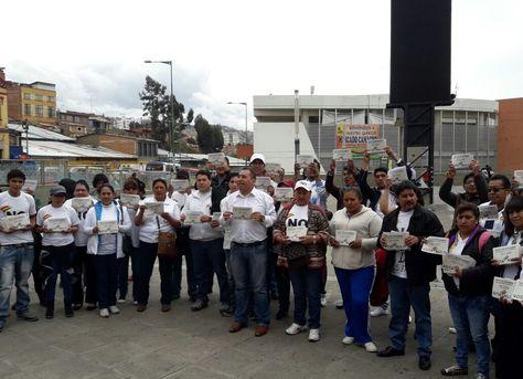 """Al centro del gentío, el diputado opositor de UD Wilson Santamaría en la """"socialización"""" del voto nulo."""