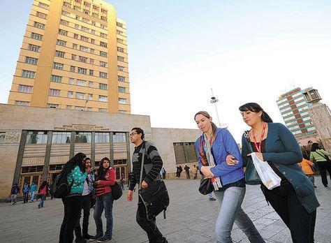 Estudiantes transitan cerca del Monoblock de la UMSA. Foto: La Razón - archivo