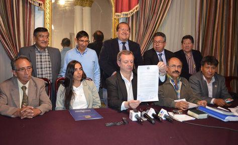 El presidente del Senado, José Alberto Gonzales, exhibe el acuerdo alcanzado con los médicos