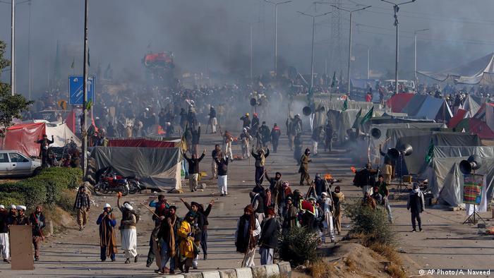 Pakistan Islamabad Polizei Islamisten Sit-in (AP Photo/A. Naveed)