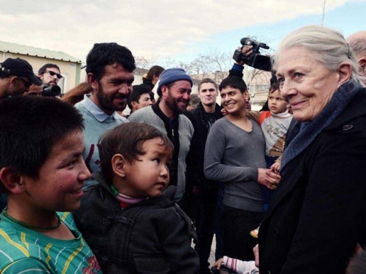 Vanessa Redgrave en una visita a campos de refugiados