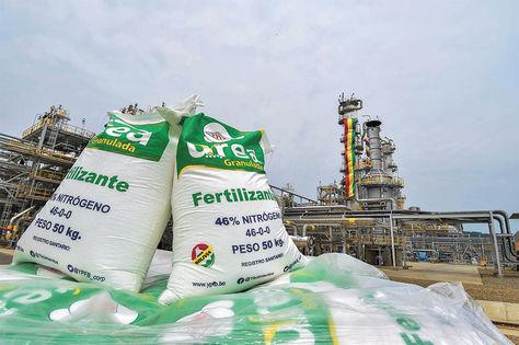 Petroquímica. Las primeras bolsas de urea producidas en la planta, que se inauguró en septiembre.