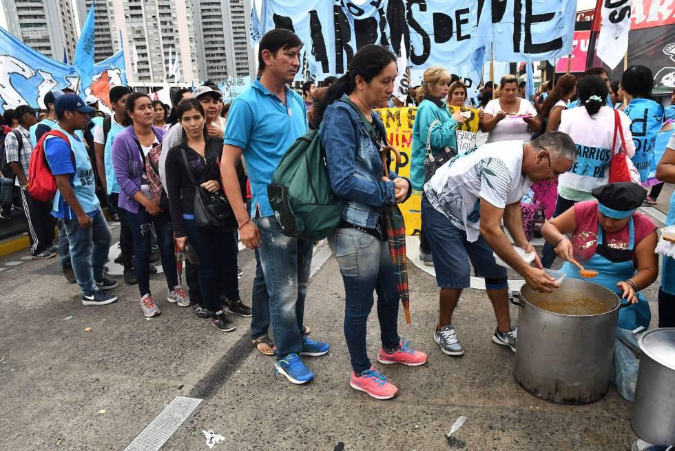 La organización social Barrios de Pie organiza una olla popular en el puente Pueyrredón.