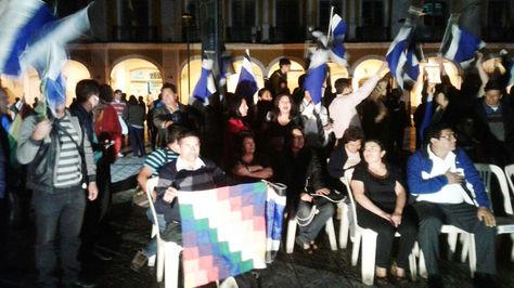 Festejo de militantes del MAS en la Plaza 14 de Septiembre de Cochabamba