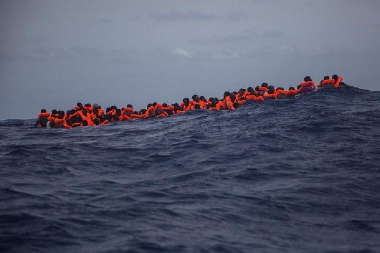Migrantes subsaharianos en el Mediterráneo (AP Photo/Santi Palacios)