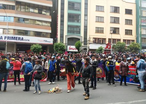 Estudiantes de la UPEA en puertas del Ministerio de Economía, este miércoles.