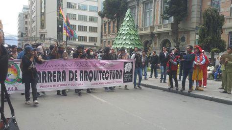 Marcha de estudiantes, docentes y administrativos de UPEA en La Paz.