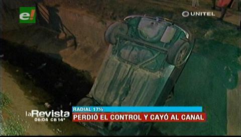Vehículo pierde el control y termina dentro de un canal