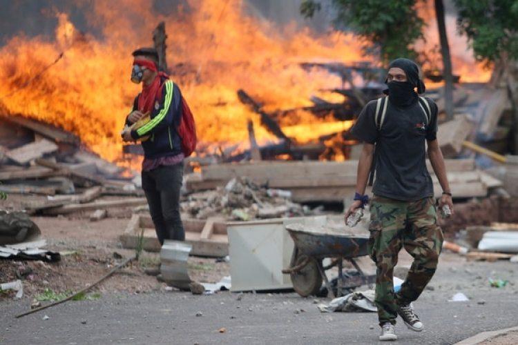 Las protestas por parte de los ciudadanos al considerar que hubo fraude en las elecciones se han tornado violentas. (REUTERS/Edgard Garrido)