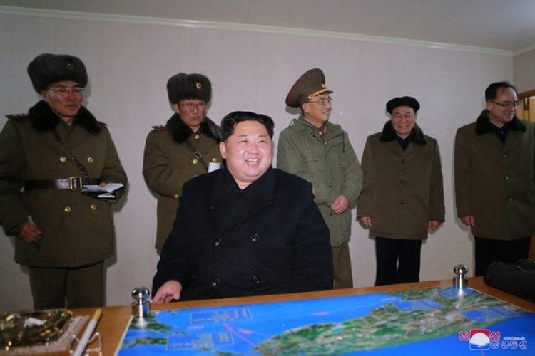 """Kim Jong Un sonríe durante la prueba del misil Hwasong-15, a la que consideró """"un éxito""""(REUTERS/KCNA)"""