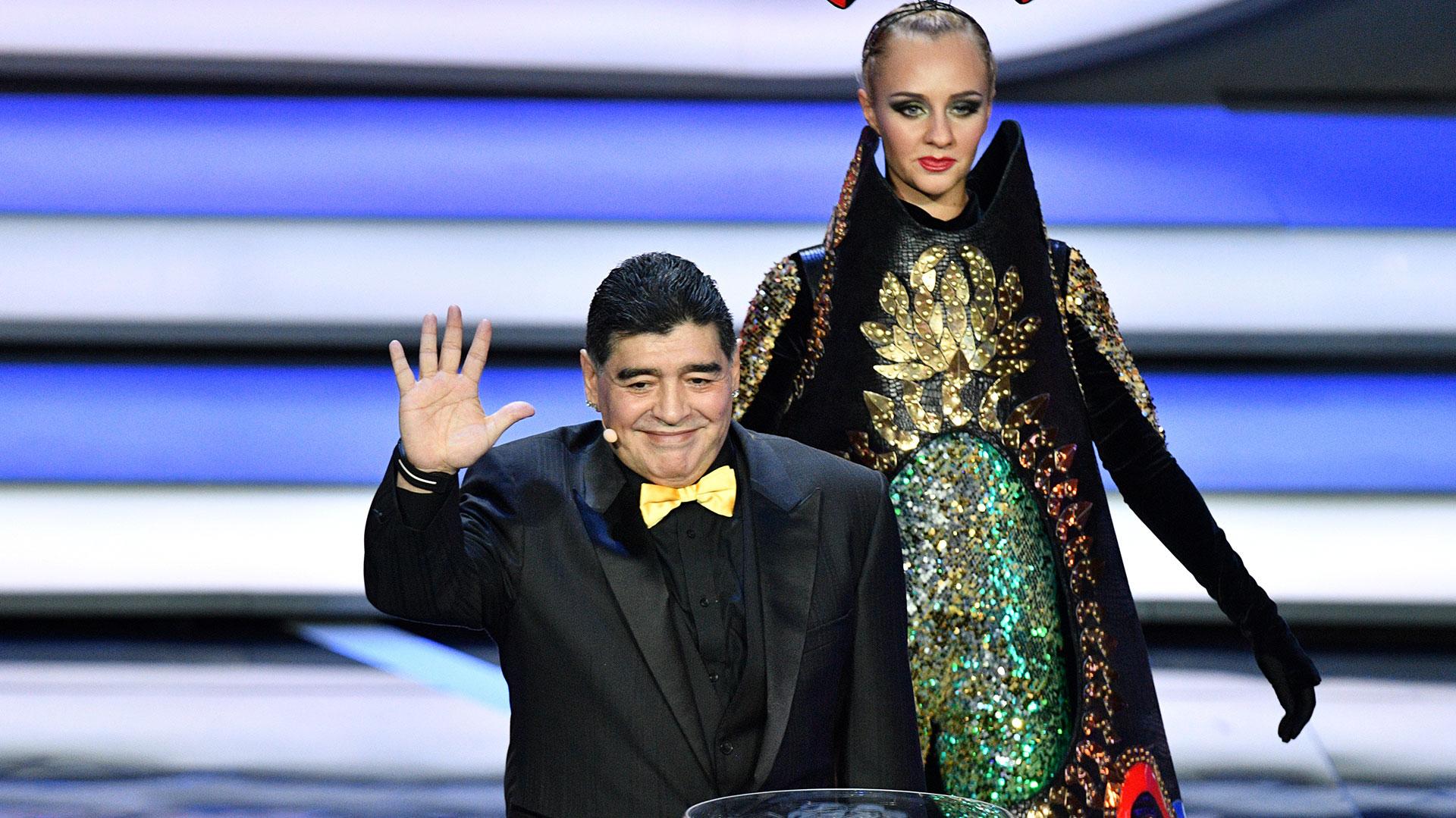 Diego Armando Maradona y su moño, una de las imágenes más comentada (AFP)