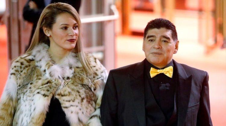 Diego Maradona junto a su mujer en la gala del sorteo mundialista (REUTERS)
