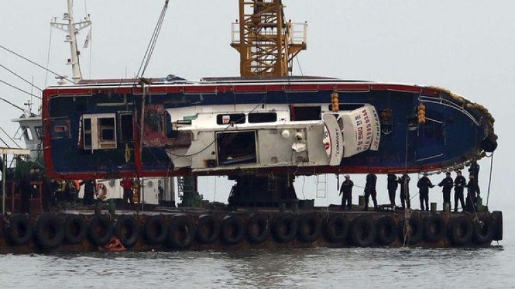 Así elevaban el barco pesquero surcoreano (Reuters)