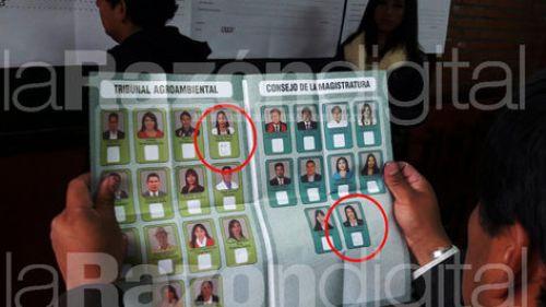 """Un jurado electoral de la unidad educativa Agustín Aspiazu de La Paz muestra la papeleta con """"caritas felices""""."""