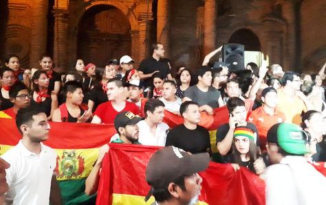 En Santa Cruz, grupos de jóvenes se reunieron en la Plaza 24 de Septiembre para celebrar el porcentaje alcanzado por el voto nulo.