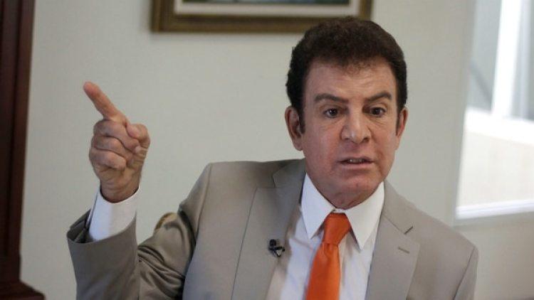 El candidato opositor Salvador Nasralla durante una entrevista con la prensa extranjera en Tegucigalpa (Reuters)