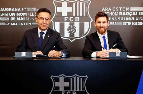 Barcelona. Josep Maria Bartomeu (izq.) y Lionel Messi antes de la firma del nuevo contrato. Foto: EFE