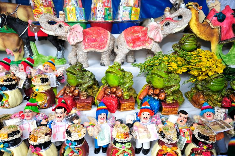 Un puesto de la Feria de Alasita en la ciudad de La Paz, donde destaca el principal personaje de esta festividad: El Ekeko. Foto: Archivo
