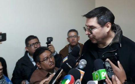 Marcelo Claure conversa con los medios de comunicación en el aeropuerto de El Alto. Foto: La Razón
