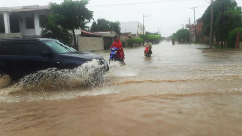 Una de las calles de Trinidad inundada por las fuertes lluvias.