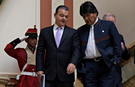 El presidente de los empresarios privados, Ronald Nostas, y el mandatario Evo Morales descienden las escalinatas de Palacio de Gobierno tras una reunión.