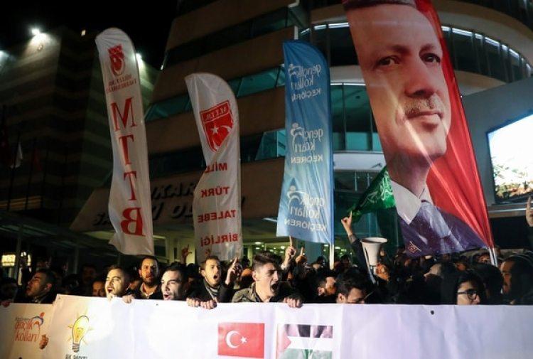 Manifestantse turcos también protestaron frente a la embajada estadounidense en Ankara (AFP)