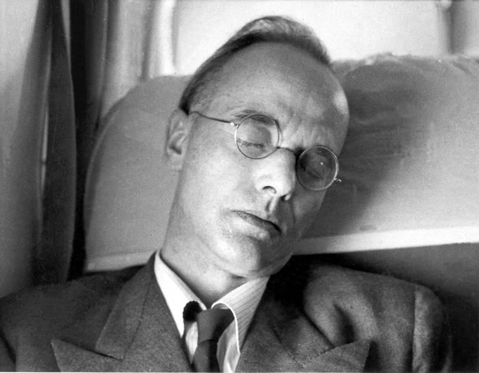 Klaus Fuchs, echándose una cabezadita en 1959, de retorno a casa tras pasar por la cárcel. (Cordon Press)