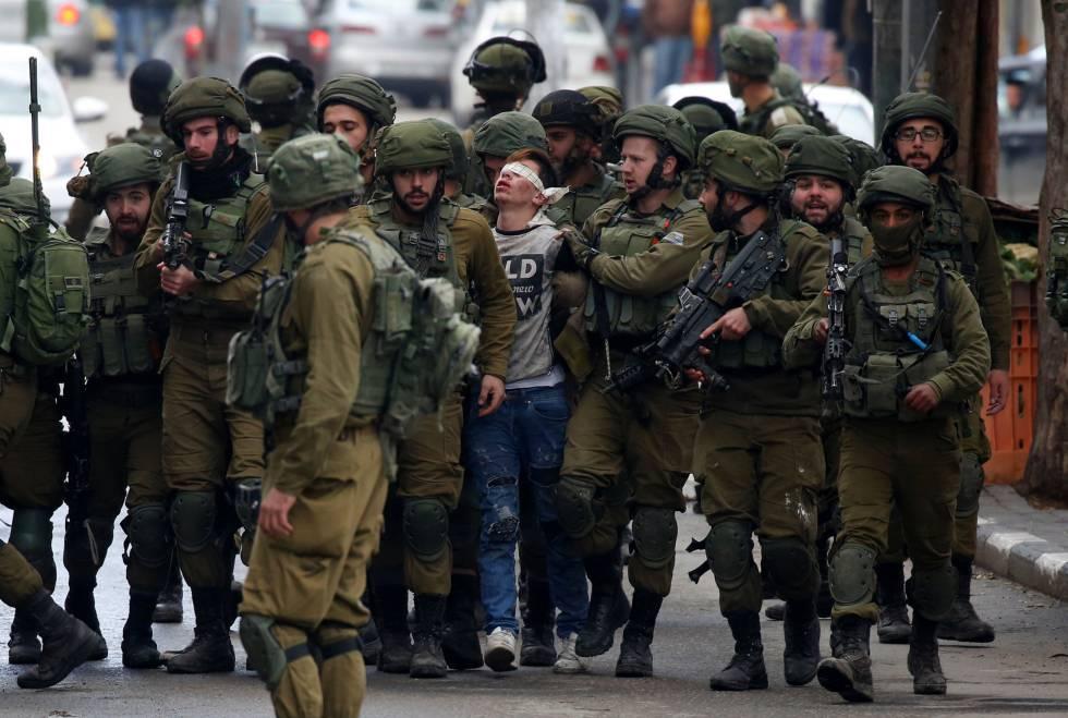 Soldados israelíes detienen a un manifestante palestino durante las protestas del jueves en Hebrón.