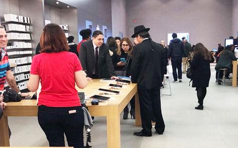 Arce y Pary (de espaldas) en una tienda Apple en Washington.