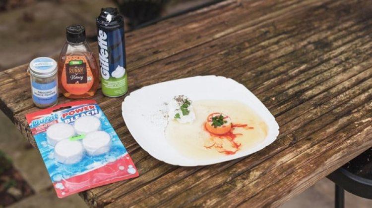 Los platos de las supuestas delicias estabn hechos con espuma de afeitar y otros extraños productos