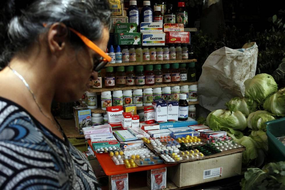 Un puesto de fruta y medicinas en Rubio, Venezuela.