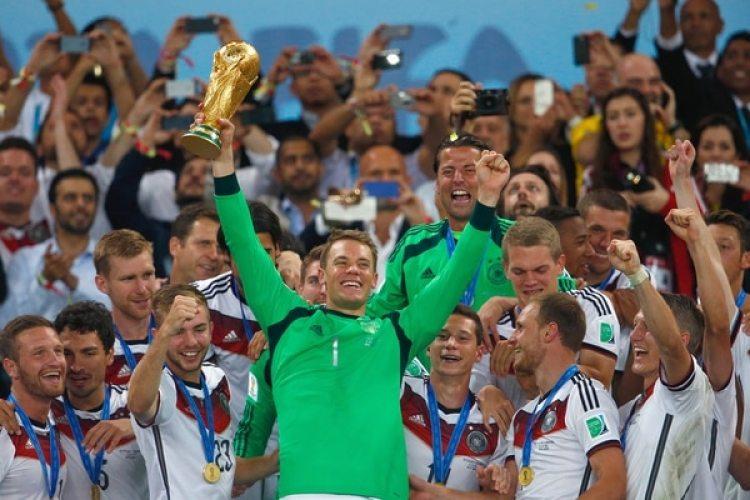 """2014: Manuel Neuer ganó el Mundial en Brasil con Alemania y fue premiado con los """"guantes de Oro"""" (Getty)"""