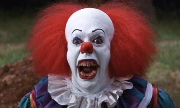 "Tim Curry como Pennywise de ""It"". Captura de pantalla vía YouTube"
