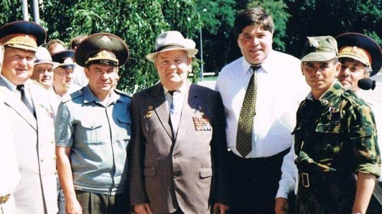 Nikolai Fedorovich Tkachev (segundo desde la izquierda) en una ceremonia militar rusa