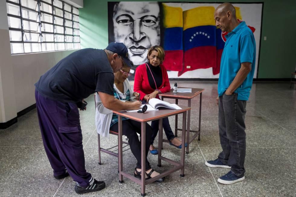 Ciudadanos votan en las municipales de Venezuela.